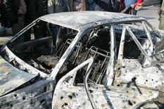 Сгоревший автомобиль в Дамаске 23 декабря 2011 года. По меньшей мере 30 человек погибли, 55 ранены в результате двух взрывов у зданий силовых ведомств в Дамаске, сообщил ливанский новостной телеканал Al Manar в пятницу. REUTERS/Sana/Handout