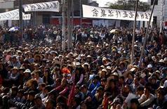 Жители деревни Укань слушают представителя властей 21 декабря 2011 года. Правительство Китая в пятницу сделало очередную попытку прекратить уличные акции против строительства электростанции на юге: полиция с помощью слезоточивого газа разогнала демонстрацию, а государственное ТВ показало покаянные речи двух протестующих. REUTERS/David Gray