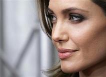 """Angelina Jolie chega à exibição de seu filme """"In the Land of Blood and Honey"""", em Nova York. O filme sobre a guerra da Bósnia foi exibido na quinta-feira em Sarajevo, cidade onde ocorreram muitos dos brutais eventos do conflito de 1992 a 1995.  05/12/2011    REUTERS/Carlo Allegri"""