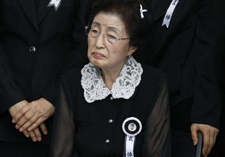Lee Hee-ho, widow of former South Korean President Kim Dae-jung, watches as people pay tribute to her late husband at a memorial altar at the National Assembly in Seoul August 22, 2009. REUTERS/Bobby Yip
