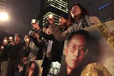 Участники демократической акции протеста в Гонконге 10 декабря 2010 года. Китайский суд приговорил в понедельник диссидента Чэня Си к 10 годам тюрьмы за призывы к свержению режима, сообщила его жена. REUTERS/Tyrone Siu
