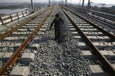 Рабочий на месте строительства железнодорожной станции в Вухане 24 ноября 2009 года. В Китае на выходных состоялись испытания сверхскоростного поезда, способного двигаться со скоростью 500 километров в час, сообщили в понедельник государственные СМИ. REUTERS/Stringer