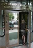 Женщина входит в здание биржи ММВБ в Москве 15 сентября 2008 года. Российские фондовые индексы, слегка опустившись в начале торгов вторника, застыли на месте, не поддавшись слабо положительной динамике европейских рынков, которые открылись после рождественских выходных. REUTERS/Alexander Natruskin