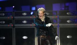 Вокалист Van Halen Дэвид Ли Рот во время выступления группы в Лас-Вегасе 19 апреля 2008 года. Легендарные рокеры Van Halen собираются в турне со свом первым вокалистом Дэвидом Ли Ротом, сообщили сами музыканты. REUTERS/Mario Anzuoni