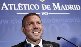 O ex-capitão da seleção argentina, Diego Simeone, participa de sua apresentação como novo técnico do Atlético de Madrid, no estádio Vicente Calderón, em Madri. 27/12/2011   REUTERS/Andrea Comas