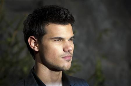 Cast member Taylor Lautner poses before the German premiere of the movie ''Twilight Saga: Breaking Dawn'' in Berlin November 18, 2011.   REUTERS/Thomas Peter