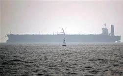Нефтяной танкер в иранском порту Ассалуйе 27 мая 2006 года. Нефть Brent держится выше $109 за баррель в среду после роста в течение шести сессий подряд, при поддержке угрозы прекращения поставок из Ирана. REUTERS/Morteza Nikoubazl