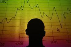 Силуэт мужчины, смотрящего на табло с котировками в Риме 9 августа 2011 года. Российские фондовые индексы начали торги среды легким снижением, продолжая движение предыдущего дня. REUTERS/Tony Gentile
