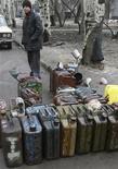 Уличный торговец продает бензин в Донецке 19 марта 2008 года. Межведомственная комиссия по международной торговле прекратила специальное расследование импорта в страну автомобильных бензинов и продуктов переработки нефти, на ограничении поставок которых настаивали внутренние переработчики и министерство энергетики, говорится в сообщении комиссии. REUTERS/Valeriy Bilokryl