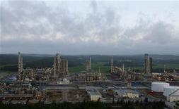 """НПЗ """"Дун Куат"""" во вьетнамской провинции Кванг Нгай. Фотография сделана 22 февраля 2009 года. Российско-вьетнамская нефтяная компания Вьетсовпетро сохранит добычу в этом году на уровне прошлого года - 6,4 миллиона тонн или 128.500 баррелей в сутки, сообщила в среду вьетнамская нефтяная компания Petrovietnam. REUTERS/Kham/Files (VIETNAM)"""