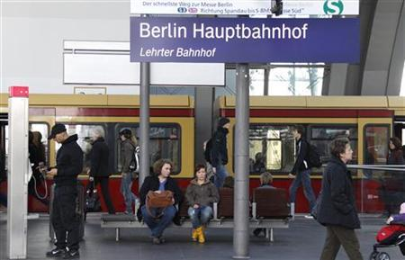 A S-Bahn city train is seen on a platform at the main railway station Hauptbahnhof in Berlin, October 13, 2011.  REUTERS/Fabrizio Bensch