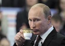 Российский премьер-министр Владимир Путин во время общения с гражданами в прямом эфире в Москве 15 декабря 2011 года. Метящий в президенты премьер-министр РФ Владимир Путин готов к диалогу с оппозицией, вышедшей на улицы и требующей новых выборов в Думу после сообщений о масштабных фальсификациях в ходе голосования 4 декабря. REUTERS/RIA Novosti/Pool