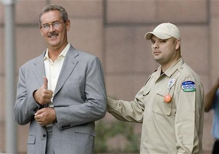 Texas billionaire Allen Stanford flashes a ''thumb up'' as he leaves the Federal courthouse in Houston, Texas June 26, 2009, in the custody of a US Marshal. REUTERS/Steve Campbell