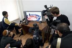 Журналисты смотрят трансляцию суда над группой людей, подозреваемых в похищении двух банкиров в Алма-Ате 9 ноября 2007 года. Сенат Казахстана принял в среду закон о телерадиовещании, который, по мнению неправительственных организаций, готовых апеллировать к президенту страны, нацелен на усиление госконтроля за эфиром. REUTERS/Shamil Zhumatov