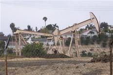 Станки-качалки в Лос-Анджелесе 6 мая 2008 года. Цены на нефть сорта Brent снизились к $107 за баррель в четверг, так как рост доллара и повышение запасов сырья в США нивелировали угрозу Ирана заблокировать ключевой канал поставок. REUTERS/Hector Mata