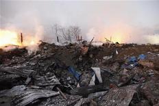 Пожарные работают на месте взрыва в Янгоне, По меньшей мере 17 человек погибли и 80 получили ранения в результате взрыва на складе взрывчатых веществ в бывшей столице Мьянмы Янгоне в ночь на четверг, сообщили представители полиции и пожарных служб. 29 декабря 2011 г. REUTERS/Soe Zeya Tun