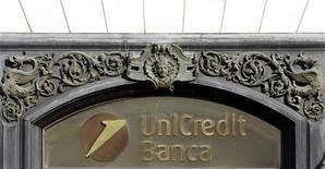 Логотип банка Unicredit. Фотография сделана 8 февраля 2011 года. Ускорение экономики после вливаний ликвидности Европейского Центробанка почувствуется в феврале, сказал в интервью итальянской газете управляющий директор UniCredit Роберто Никастро. REUTERS/Alessandro Bianchi