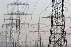 <p>Le prix négocié entre EDF et les actionnaires italiens d'Edison pour permettre à l'électricien français de racheter son homologue transalpin résulte des négociations et est conforme au prix de marché moyen sur les 12 derniers mois, ont déclaré jeudi les groupes concernés. Ce communiqué commun vise à satisfaire la Consob, l'autorité des marchés italiens, qui a demandé à EDF et aux principaux actionnaires italiens de clarifier les termes de la transaction et d'expliquer notamment comment le prix a été fixé. /Photo d'archives/REUTERS/Ina Fassbender</p>