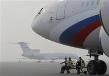 Самолеты в московском аэропорту Внуково 4 августа 2010 года. Авиакомпании РФ увеличили перевозки пассажиров в ноябре 2011 года на 13 процентов к ноябрю 2010 года до 4,76 миллиона человек, сообщило Федеральное агентство воздушного транспорта РФ (Росавиация). REUTERS/Denis Sinyakov