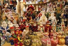 Сувенирный киоск на улице Санкт-Петербурга 17 декабря 2009 года. Инфляция в РФ по итогам 2011 года оказалась ниже прогнозов властей и замедлилась в декабре до исторического минимума в 6,1 процента в годовом выражении по сравнению с 8,8 процента за 2010 год, говорят предварительные данные Росстата. REUTERS/Alexander Demianchuk