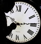 Питер Шугрю переводит стрелки часов в Electric Time Company в Медфилде, штат Массачусетс, 31 марта 2006 года. Власти Самоа решили убрать 30 декабря из календаря в этом году в результате присоединения к часовому поясу США, что даст возможность островитянам догнать во времени Азию, Новую Зеландию и Австралию. REUTERS/Brian Snyder