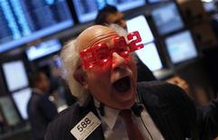 Трейдер на Нью-Йоркской фондовой бирже 30 декабря 2011 года. Европейские рынки акций готовятся показать максимальное годовое снижение с 2008 года в пятницу, после того как все 12 месяцев на регион давили долговые проблемы стран еврозоны, грозящие рецессией всей мировой экономике. REUTERS/Mike Segar