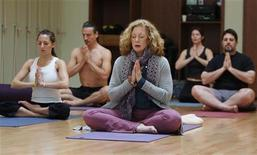 <p>Joan Barnes (C), owner of Yoga Studio, takes a yoga class at her studio in San Francisco, California, in this March 29, 2006 file photo. REUTERS/Kimberly White</p>