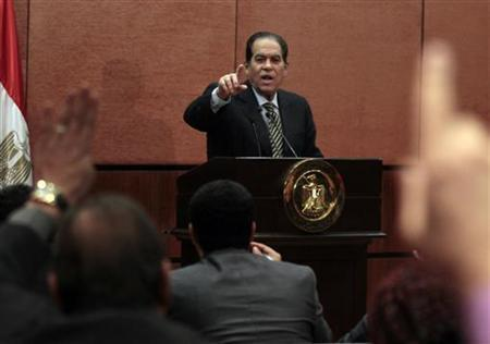 Egyptian Prime Minister Kamal Ganzouri gestures to journalists during a news conference in Cairo December 28, 2011.  REUTERS/Mohamed Abd El-Ghany