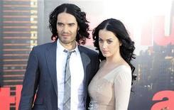 """Russell Brand (esquerda) e Katy Perry chegam para a estreia europeia do filme """"Arthur, O Milionário Sedutor"""", em Londres, na Grã Bretanha, em abril. 19/04/2011 REUTERS/Paul Hackett"""