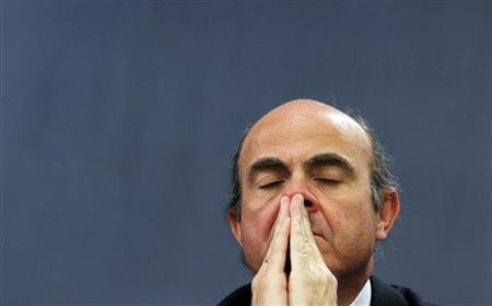 Spain's Economy Minister Luis de Guindos reacts during a news conference after a cabinet meeting at Madrid's Moncloa Palace December 30, 2011. REUTERS/Susana Vera