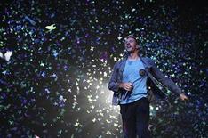 """<p>Foto de archivo de Chris Martin del grupo Coldplay durante el evento benéfico Under 1 Roof en Greenwich, Inglaterra, dic 10 2011. El grupo de rock alternativo Coldplay se situó el domingo al frente de la lista de sencillos británica, consiguiendo el primer número uno del 2012 con su canción """"Paradise"""", nominada a los Grammy, dijo la compañía oficial de las listas de Reino Unido. REUTERS/Olivia Harris</p>"""