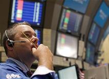 Трейдер работает на площадке NYSE, 18 августа 2011 года. Хаос в Европе. Политический тупик. Волнения на рынках. Знакомые проблемы для тех, кто пережил 2011 год, и инвесторам стоит готовиться к их повторению в новом году. REUTERS/Brendan McDermid (UNITED STATES - Tags: BUSINESS)
