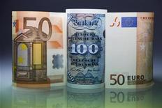 """На фото изображены банкноты в 50 евро и 100 марок, Берлин, 30 декабря 2011 года. Евро дорожает на азиатских торгах против валют США и Японии из-за закрытия """"коротких"""" позиций в единой европейской валюте, укрепляется и австралийский доллар в паре с американским на фоне роста региональных фондовых рынков. (GERMANY - Tags: BUSINESS)"""