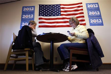 Supporters of President Obama, Jeni Reeves (L) and Linda Barger, make telephone calls to encourage Iowa Democrats to attend caucus night from a phone bank for the 2012 Obama re-election campaign in Cedar Rapids, Iowa January 2, 2012.    REUTERS/Jeff Haynes