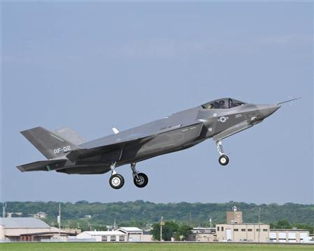 A U.S. Air Force version of the F-35 Lightning II flies at Naval Air Station Fort Worth Joint Reserve Base, Texas, in this April 20, 2010 file photo.  REUTERS/US Air Force/Lockheed Martin/Handout/Files