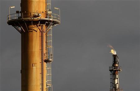 Excess oil is burnt off at the Mobil oil refinery at Altona in Melbourne June 27, 2008. REUTERS/Mick Tsikas