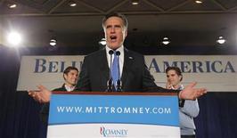 Кандидат в президенты США от республиканцев Митт Ромни обращается к сторонникам в Айове 3 января 2012 года. Ромни одержал победу в ходе выдвижения кандидатов в президенты США от республиканской партии в штате Айова, обогнав бывшего сенатора Рика Санторума на восемь голосов. REUTERS/Brian Snyder