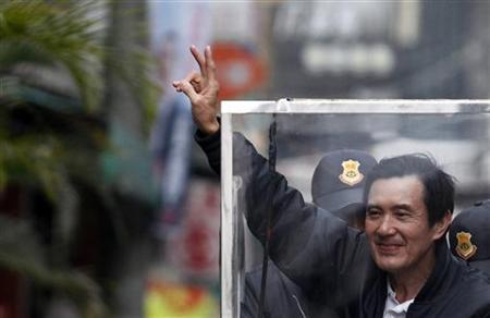 Taiwan President and Nationalist Party (KMT) presidential candidate Ma Ying-jeou greets supporters from his vehicle during a campaign rally for the 2012 presidential election in Pingtung county, southern Taiwan, January 4, 2012. REUTERS/Pichi Chuang