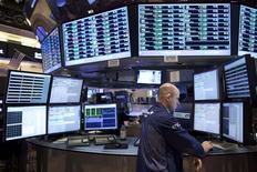 Трейдер на Нью-Йоркской фондовой бирже 9 декабря 2011 года. Основные фондовые индексы США мало изменились по итогам торгов среды, хотя некоторых инвесторов воодушевило то, что рынкам удалось избежать распродажи на фоне долговых проблем Европы. REUTERS/Andrew Burton