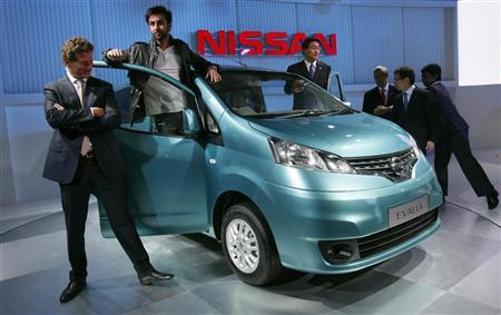 Bollywood actor Ranbir Kapoor (2nd L) and Gilles Normand (L), Corporate Vice President, Africa, Middle East and India (AMI) of Nissan Motor Co pose after unveiling of the company's new Evalia car at India's Auto Expo in New Delhi January 5, 2012. REUTERS/Adnan Abidi