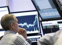 Трейдер на Нью-Йоркской фондовой бирже 4 января 2012 года. Европейские фондовые рынки снижаются в четверг в преддверии аукциона французских облигаций, плохие итоги которого способны испортить настроение инвесторам. REUTERS/Brendan McDermid