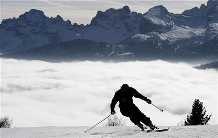 A competitor makes a training run before the second run of the women's World Cup Giant slalom ski event in Cortina d'Ampezzo, north Italy January 21, 2007. REUTERS/Stefano Rellandini