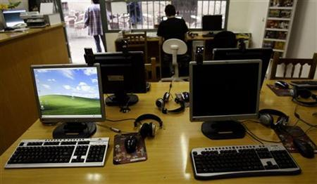 A man browses web at an Internet cafe in Madrid May 23, 2008. REUTERS/Andrea Comas/Files