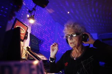 1月4日、ポーランドのWika Szmytさんが、年配者向けにディスコ音楽やルンバ、サンバなどをかける「おばあちゃんDJ」として活躍している。ワルシャワのクラブで4日撮影(2012年 ロイター/Kacper Pempel)