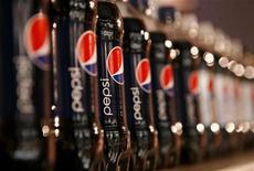 Бутылки Pepsi, выставленные на встрече компании PepsiCo с инвесторами в Нью-Йорке 22 марта 2010 года. PepsiCo Inc рассматривает возможность сокращения около 4.000 рабочих мест и снижения пенсионных отчислений ради повышения прибыли, сообщила New York Post со ссылкой на осведомленные источники. REUTERS/Mike Segar
