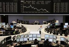 Трейдеры на Франкфуртской фондовой бирже 21 декабря 2011 года. Европейские фондовые биржи открылись ростом в пятницу в преддверии выхода важной статистики о рынке занятости США. REUTERS/Remote/Kirill Iordansky