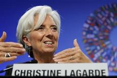 Глава МВФ Кристин Лагард отвечает на вопросы во время пресс-конференции в Вашингтоне 24 сентября 2011 года. Единая европейская валюта, скорее всего, переживет 2012 год, несмотря на бушующий в еврозоне долговой кризис, заявила в пятницу глава Международного валютного фонда Кристин Лагард. REUTERS/Jonathan Ernst