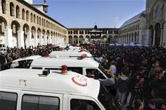 Кареты скорой помощи забирают гробы с телами погибших в результате взрывов в Дамаске 24 декабря 2011 года. Двадцать пять человек погибли в результате взрыва бомбы, приведенной в действие смертником в Дамаске, сообщил в пятницу сирийский телеканал. REUTERS/Sana/Handout