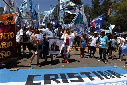 Supporters of Argentina's President Cristina Fernandez de Kirchner react outside Hospital Austral in Pilar, on the outskirts of Buenos Aires, January 4, 2012. REUTERS/Marcos Brindicci
