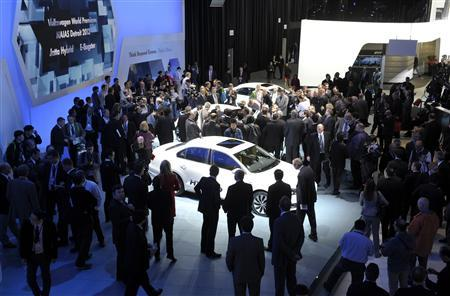 Journalists cover the opening of the Volkwagen display on the first press preview day for the North American International Auto Show in Detroit, Michigan, January 9, 2012. REUTERS/Mike Cassese